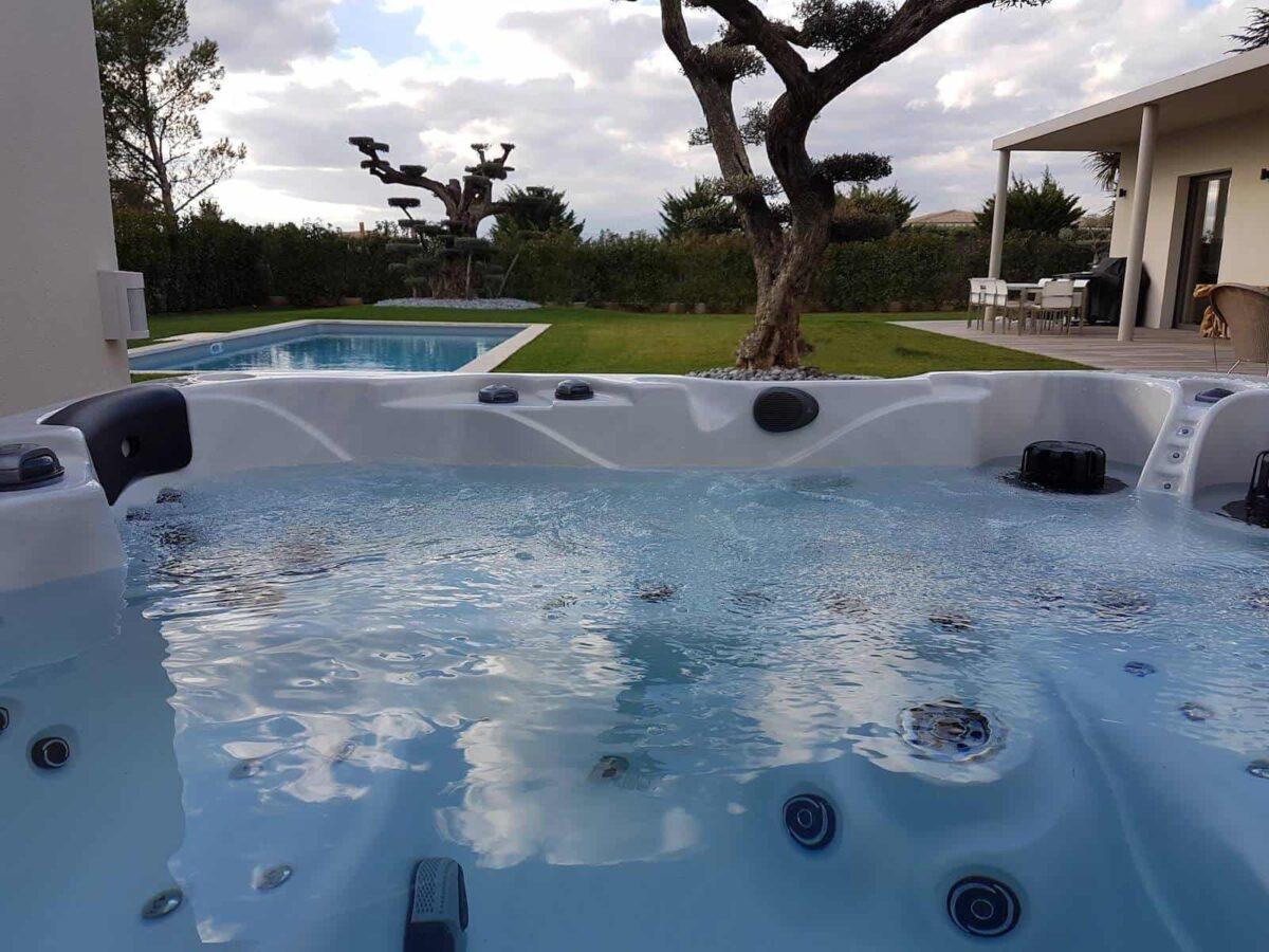 Be Well 0782 Elite Hot Tub (White) - Outside